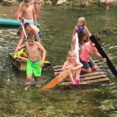 une animation fabrication et course de radeaux sur la rivière le céou est organisée au camping en Dordogne Périgord Noir près de Sarlat