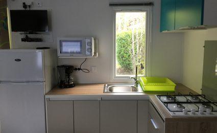 La cuisine est équipée d'une plaque gaz et d'un micro onde. La télévision est incluse toute la saison sans supplément