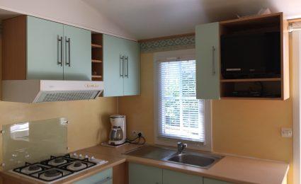 La cuisine du mobile home calvi est équipée de tout le nécessaire. La télévision est incluse sans supplément hors juillet et août