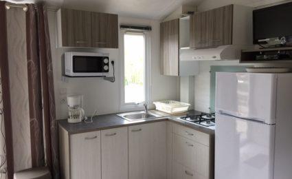 La cuisine du mobile home Ibiza est équipée d'une plaque gaz et d'un micro ondes. La télévision est incluse sans supplément hors juillet et août
