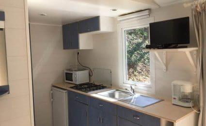 La cuisine du mobile home ohara 734 dispose de tout l'équipement nécessaire. La télévision est incluse sans supplément hors juillet et août.