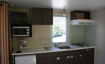 La cuisine du mobile home ohara 734T dispose de tout l'équipement nécessaire. La télévision est incluse sans supplément hors juillet et août