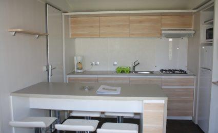 La cuisine du mobile home ohara 884 est spacieuse et dispose de tout l'équipement nécessaire