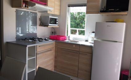 La cuisine du mobile home ohara 834T est dotée d'une plaque gaz et d'un micro ondes. La télévision est incluse sans supplément hors juillet et aout