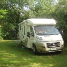 Retrouvez de vastes emplacements camping car en pleine nature au camping 3 étoiles Le Douzou en Dordogne Périgord Noir