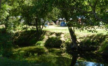les emplacements camping car au camping 3 étoiles en Dordogne Périgord Noir sont situés loin des routes et des nuisances