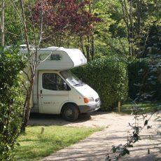 Les emplacements camping car au camping 3 étoiles en Dordogne Périgord Noir sont situés en pleine nature et au calme
