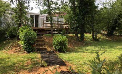 Le mobile home ohara 884 3 chambres est situé sur un grand emplacement en terrasse sans vis à vis et délimité par la végétation