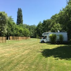 Les emplacements camping car en Dordogne Périgord Noir sont situés en pleine nature au bord de la rivière le Céou