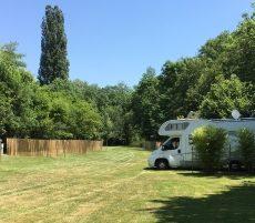 Les emplacements camping car sont situés en pleine nature au bord de la rivière le Céou