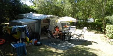 Nous disposons de grands emplacements camping pour les tentes et caravanes ombragés ou semi ombragés avec éléctricité