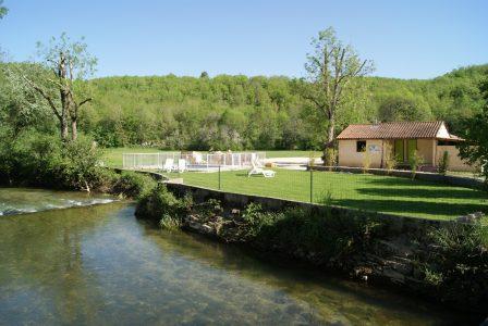 Le camping 3 étoiles le Douzou en Dordogne Périgord Noir dispose d'un espace de détente au bord de la rivière le Céou. Reposez vous en étant bercé par le bruit de l'eau et rafraîchissez vous dans notre seconde petite piscine chauffée profonde d'un mètre