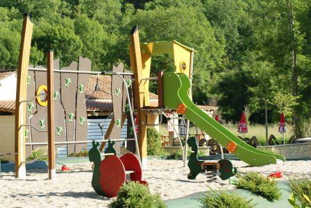 Le camping 3 étoiles le Douzou en Dordogne Périgord Noir dispose d'un récent espace jeux pour les jeunes enfants. Le camping est également équipé de terrains de sport (basketball, football, volleyball, pétanque, tables de ping pong...)