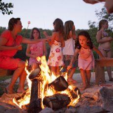 A la nuit tombée, les enfants feront griller leur chamallows autour d'un feu de camps au camping en Dordogne Périgord Noir