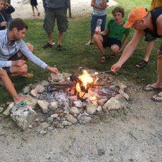 Le feu de camp est une animation organisée deux fois par semaine pour griller des chamallows au camping en Dordogne Périgord Noir
