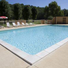 Le camping 3 étoiles le Douzou en Dordogne Périgord Noir dispose d'une grande piscine chauffée d'une surface 114 m2