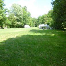 Le Camping 3 étoiles Le Douzou en Dordogne Périgord Noir dispose d'un espace dédié pour les camping car au bord de la rivière le Céou