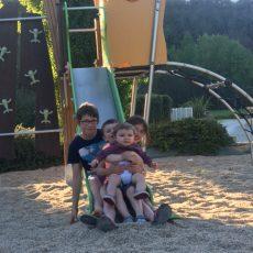 Le camping le Douzou en Dordogne Périgord Noir est équipé d'une aire jeux pour les jeunes enfants ainsi que des jeux pour les plus grands comme un trampoling