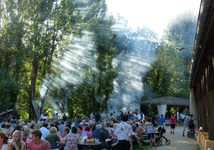 La commune de Bouzic organise le plus grand marché nocturne de producteurs locaux de Dordogne où il est possible de manger et boire sur place