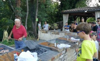 Au marché Nocturne de Bouzic en Dordogne Périgord Noir à côté du camping le Douzou, vous pouvez faire cuir votre viande grâce à des barbecues mis à disposition par les organisateurs
