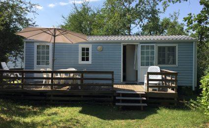 Le mobile home Antares est composé de 2 chambres, il peut accueillir de 4 à 6 personnes. Son salon est spacieux et la télévision est incluse sans supplément en basse saison