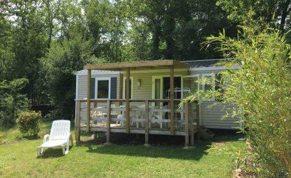 Le mobile home Ibiza vous offrira une vue dégagée sur les côteaux de la vallée du Céou en Dordogne Périgord Noir. Il peut accueillir de 4 à 6 personnes et il est équipée d'une terrasse couverte.