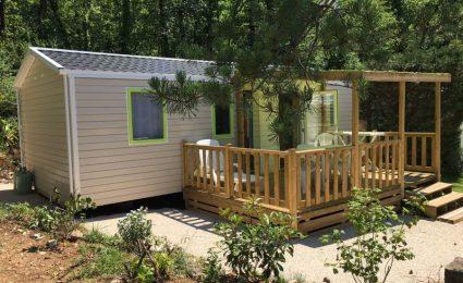 Le Mobile Home Bermudes Trio 2017 3 chambres peut accueillir de 6 à 8 personnes. Il est équipé d'une terrasse couverte, d'un lit parental 160x200 cm, une salle de bain avec grande douche et sèche serviette. La télévision est incluse