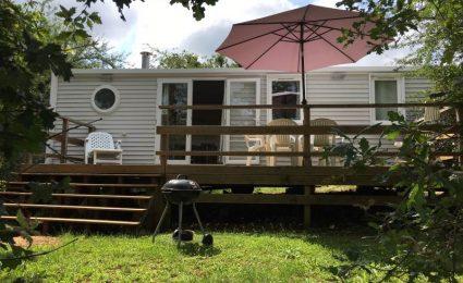 Le mobile home ohara 884 dispose de 3 chambres pouvant accueillir de 6 à 8 personnes. Il est composé d'une cuisine avec îlot central et d'un spacieux salon. La télévision est incluse sans supplément durant toute la saison. Il est équipé d'une grande terrasse et placé sur un grand emplacement.