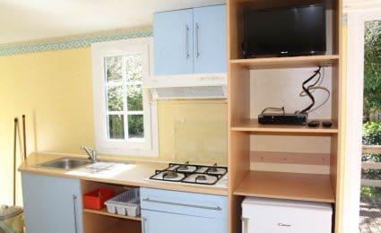 La cuisine du mobile home antares dispose de tout le matériel nécessaire. La télévision est incluse sans supplément hors juillet et août