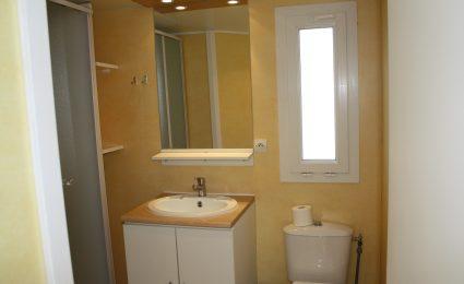 La salle de bain du mobile antares est spacieuse