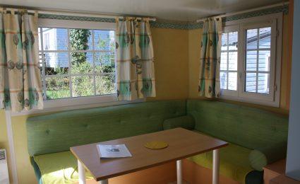 Le salon du mobile home antares est spacieux et confortable