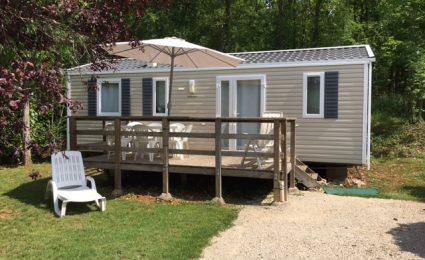 Le Mobile Home Bermudes 2012 est composé de 3 chambres et peut accueillir de 6 à 8 personnes. Il est doté d'un lit double de 160x200 cm et d'une grande terrasse