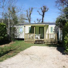 Le Mobile Home Bermudes Trio 2017 3 chambres peut accueillir de 6 à 8 personnes. Il est équipé d'une terrasse couverte, d'un lit parental 160x200 cm, une salle de bain avec grande douche et sèche seviette. La télévision est incluse