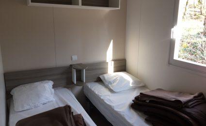Le mobile home Bermudes Trio est composé de deux chambres équipées chacune de deux lits simples