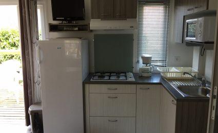 La cuisine du mobile home Bermudes Trio est équipée de tout le nécessaire. La télévision est incluse sans supplément hors juillet et août