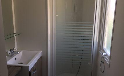 La salle de bain du mobile home bermudes Trio est spacieuse et elle est équipée d'une grande douche