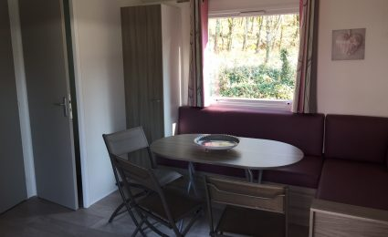 Le mobile home bermudes trio offre un salon spacieux et soigneusement décoré