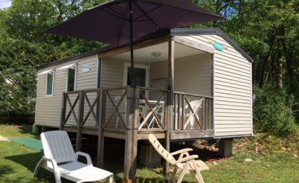 Le mobile home Ohara 734T au camping en Dordogne Périgord Noir est composé de 2 chambres. Il peut accueillir de 4 à 6 personnes et sa terrasse est semi couverte