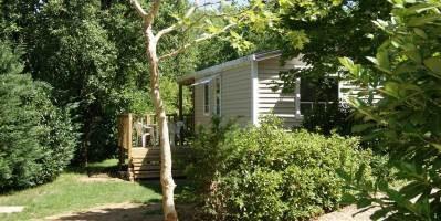 Nos mobiles home tout confort sont situés en pleine nature sur de grands emplacements sans vis à vis et délimités par la végétation