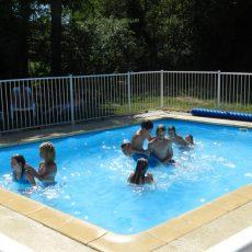 Le camping 3 étoiles le Douzou en Dordogne Périgord Noir dispose d'une petite piscine chauffée profonde d'un mètre