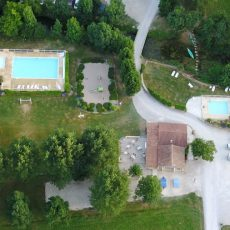 Les deux piscines du camping 3 étoiles le Douzou en Dordogne Périgord Noir sont chauffées et peu profondes. l'une a une profondeur de 1.50 mètre et la seconde est profonde d'un mètre