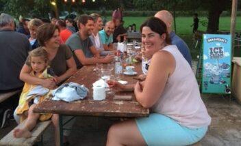 Bonne humeur et convivialité aux soirées repas du camping en Dordogne Périgord Noir