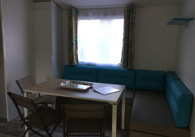 Le salon du mobile home bermude trio 3 chambres est spacieux