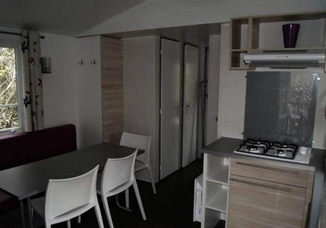 Le salon du mobile home ohara 834T au camping en Dordogne Prigord Noir est spacieux, lumineux et soigneusement décoré