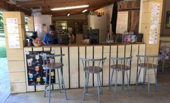 Le snack bar du camping 3 étoiles le Douzou en Dordogne Périgord Noir propose des boissons, des glaces et des plats cuisinés