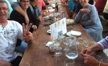 Les vacanciers partagent des moments conviviaux lors des soirées repas au camping en Dordogne Périgord Noir