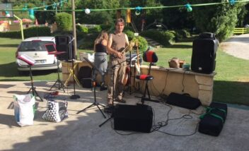 Les musiciens animent tous les jeudis soirs les soirées repas au camping 3 étoiles près de Sarlat en Dordogne Périgord Noir