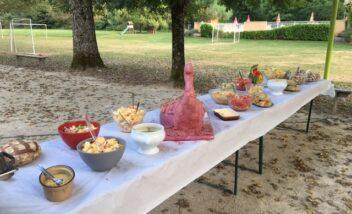 Lors des soirées repas au camping le Douzou en Dordogne Périgord Noir vous pouvez notamment profiter d'un buffet