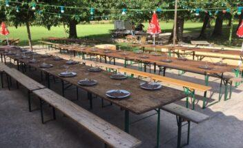 De grandes tables sont dressées lors des soirées repas au camping en Dordogne Périgord Noir pour que les vacanciers se rencontrent et partagent un moment de convivialité et d'échange