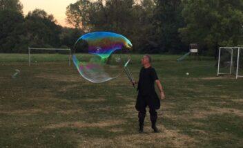 Le spectacle des bulles géantes lors d'une soirée repas au camping en Dordogne Périgord Noir près de Sarlat